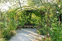 """France, Domaine de Chaumont-sur-Loire, Festival International des Jardins, Prés du Goualoup, """"le jardin anglais"""", gloriette, banc, rosiers et sauges"""