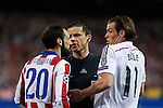 Atletico de Madrid's Juanfran (L) argues with Real Madrid´s Gareth Bale during quarterfinal first leg Champions League soccer match at Vicente Calderon stadium in Madrid, Spain. April 14, 2015. (ALTERPHOTOS/Victor Blanco)