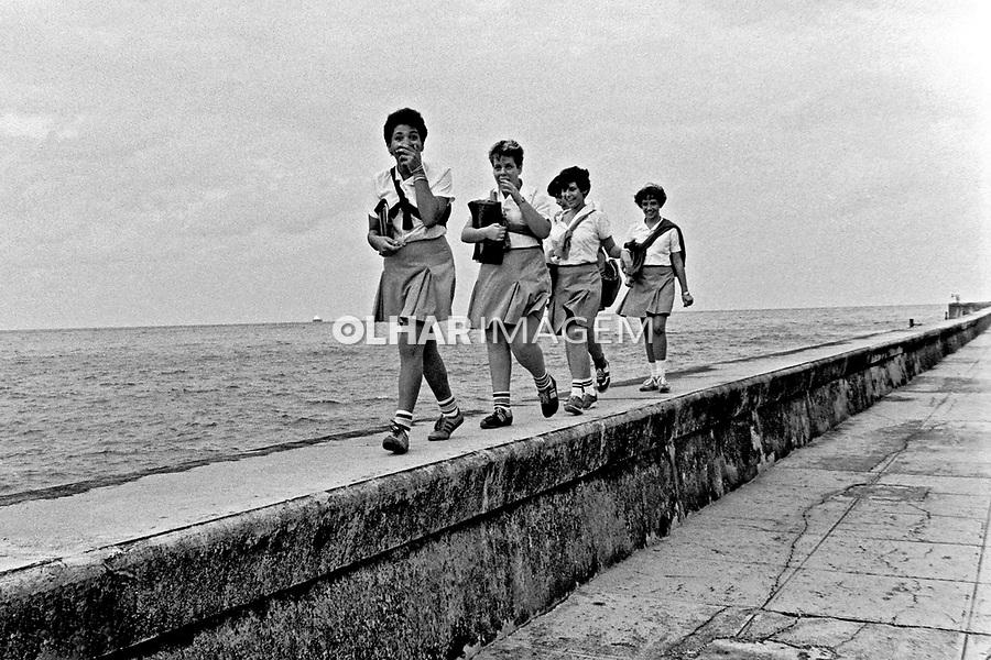 Jovens estudantes no Malecon Havana, Cuba. 1984. Foto de Juca Martins.
