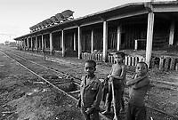 - Mozambique,children in the station of Nhamatanda, region of Sofala....- Mozambico, bambini nella stazione ferroviaria di Nhamatanda, regione di Sofala