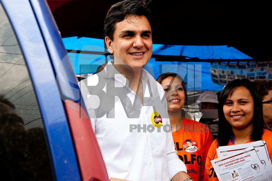 ATENÇÃO EDITOR: FOTO EMBARGADA PARA VEÍCULOS INTERNACIONAIS. - <br /> SAO PAULO, SP, 11 SETEMBRO 2012 - o candidato a prefeito Gabriel Chalita (PMDB) durante feira livre na Vila Guilherme, na Zona Norte de São Paulo<br /> FOTO: POLINE LYS - BRAZIL PHOTO PRESS