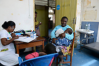 TOGO, Lome, Zentrum DZIDUDU der Organisation BNCE (Bureau National Catholique de l'Enfance) zur Betreuung von Lastentraegerinnen und Marktfrauen , aerztliche Versorgung bei Krankenschwester Victoire Adjo NYAKU