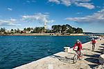 Croatia, Istria, Novigrad: seaside promenade and parish church St Pelagius | Kroatien, Istrien, Novigrad: Strandpromenade und Pfarrkirche des Hl. Pelagius