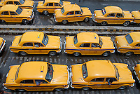 INDIA Westbengal Calcutta Kolkata, railway station Howrah, yellow cab HM Ambassador / INDIEN Westbengalen, Kalkutta, Bahnhof Howrah, gelbes Taxi HM Ambassador
