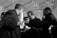 Ateliers Sud Aviation (Saint-Martin-du-Touch). 11 décembre 1967. Plan taille du ministre anglais de la Technologie Anthony Neil Wedgwood Benn tenant dans la main les ciseaux pour découper le ruban officiel, à côté de lui Jean Chamant (ministre des Transports) tient le ruban. Cliché pris lors de la présentation officielle du prototype français du Concorde