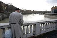 Una veduta del fiume Tevere a Roma, 7 gennaio, 2010. Le piogge dei giorni scorsi hanno provocato un innalzamento del livello delle acque..A view of the swollen Tiber river in Rome, 7 january 2010..UPDATE IMAGES PRESS/Riccardo De Luca
