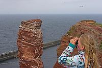 """Mädchen, Kind beobachtet Vögel mit dem Fernglas am Vogelfelsen Helgoland, """"Lange Anna"""", Vogelkolonie, Vogelbeobachtung, Baßtölpel, Trottellummen, Dreizehenmöwen"""