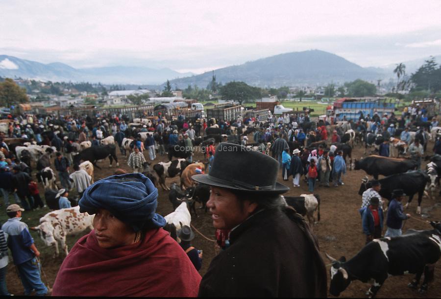 Amérique du Sud. Equateur. Trekking sur les volcans d'Equateur. indiens au marché d'Otavalo dans la région d'Ibarra au nord du pays.South America. Ecuador. Trekking on the volcanoes