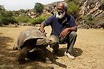 Aurèle André, directeur de la réserve des tortues de François Legat à anse Quitor avec un des protégés.