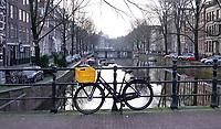 Nederland  Amsterdam - 31 december 2020.   Lockdown. Fiets geparkeerd op een brug. Stilte in de stad. Foto : ANP/ HH / Berlinda van Dam