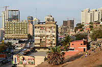 ANGOLA Luanda, due to revenues from oil and diamond exports a construction boom is seen everwhere and the real estate prices are extremely high, modern building in contrast with slum huts / ANGOLA Luanda , durch Einnahmen aus Oel und Diamanten Exporten gibt es einen gigantischen Bauboom und Luanda rangiert als einer der teuersten Immobilienplaetze weltweit