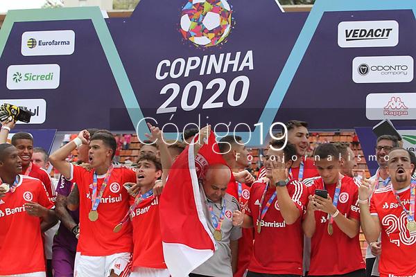 São Paulo (SP), 25/01/2020 - Internacional-Grêmio - Jogadores do Internacional comemoram título. Partida entre Internacional e Grêmio válida pela final da Copa São Paulo no estádio Paulo Machado de Carvalho (Pacaembu) neste sábado (25).