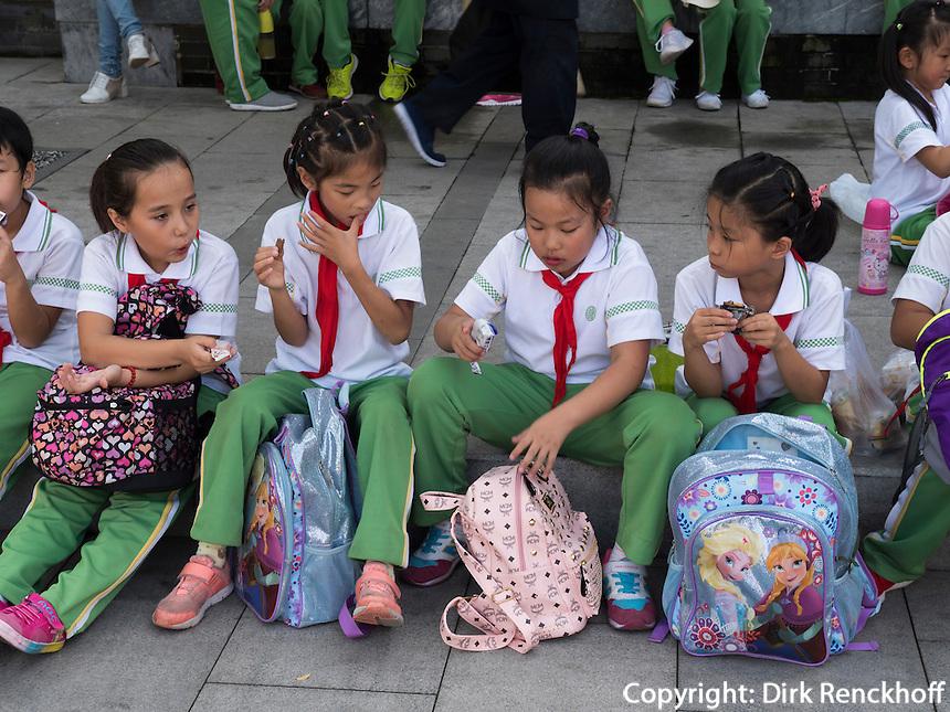 Schüler in WanPing bei MarcoPolo-Brücke in Peking, China, Asien<br /> Pupils in Wanping near MarcoPolo-bridge, Beijing, China, Asia