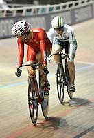 CALI – COLOMBIA – 28-02-2014: Tianshi Zhong (Izq.) de China y Anna Meares (Der.) de Australia en la prueba Mujeres Sprint Cuartos de Final en el Velodromo Alcides Nieto Patiño, sede del Campeonato Mundial UCI de Ciclismo Pista 2014. / Tianshi Zhong (L) of China and Anna Meares (R) of Australia, during the test of Women´s Sprint Quartefinals in Alcides Nieto Patiño Velodrome, home of the 2014 UCI Track Cycling World Championships. Photos: VizzorImage / Luis Ramirez / Staff.