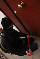 Ladro di appartamenti mentre scassina la porta d'ingresso..Thief of apartments, while he force the door open..