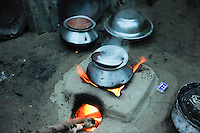 Bangladesh, Region Madhupur, stove with aluminium vessel / Bangladesch Madhupur, Kochstelle bei einer Familie