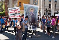 """Milano, """"Il nostro tempo è adesso"""", mobilitazione dei lavoratori precari. La protesta di un giornalista del gruppo Espresso --- Milan, """"Our time is now"""", protest of temporary workers. The protest of a journalist of Espresso group"""