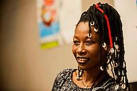 la cantante maliana Fatoumata Diawara in concerto alla mensa della Caritas a Como per le centinaia di profughi arrivati in città