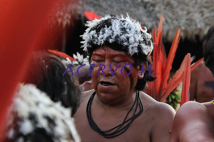 Liderança Davi Kopenawa conversa com membros da comunidade  na aldeia Wathoriki, região do Rio Demini, na Terra Indígena Yanomami <br /> <br /> Entre os dias 15 e 20 de outubro mais de 700 representantes yanomami reuniram-se na aldeia Watoriki (Demini), no Amazonas, na VII Assembleia Geral da Hutukara Associação Yanomami (HAY) que teve como tema os 20 anos da homologação da Terra Indígena Yanomami.<br /> <br /> BARCELOS-AM  10-2012 - Novo Demini, as comunidades do Antônio e do Abraão. A aldeia Watoriki está localizada no meio da floresta amazônicana NA região do município de Barcelos (a 399 quilômetros de Manaus), divisa dos Estados do Amazonas e Roraima,e também é rodeada de montanhas. Seu nome é uma referência à montanha cujo nome em português significa serra do vento. A população é estimada em 150 pessoas, que vivem conjuntamente dentro de uma maloca. FOTO: ODAIR LEAL