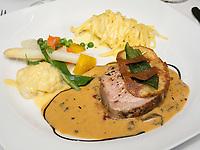 Hauptgericht, Restaurant, Gasthaus Hirschen in Gaienhofen Horn, Baden-Württemberg, Deutschland, Europa<br /> main course, Restaurant Gasthaus Hirschen Gaienhofen Horn, Höri, Baden-Württemberg, Germany, Europe