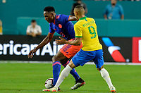 MIAMI - ESTADOS UNIDOS, 06-09-2019: Richardlison jugador de Brasil disputa el balón con Yerry Mina jugador de Colombia durante partido amistoso entre Brasil y Colombia jugado en el Hard Rock Stadium en Miami, Estados Unidos. / Richardlison player of Brazil fights the ball with Yerry Mina player of Colombia during a friendly match between Brazil and Colombia played at Hard Rock Stadium in Miami, United States. Photo: VizzorImage / Cristian Alvarez / Cont