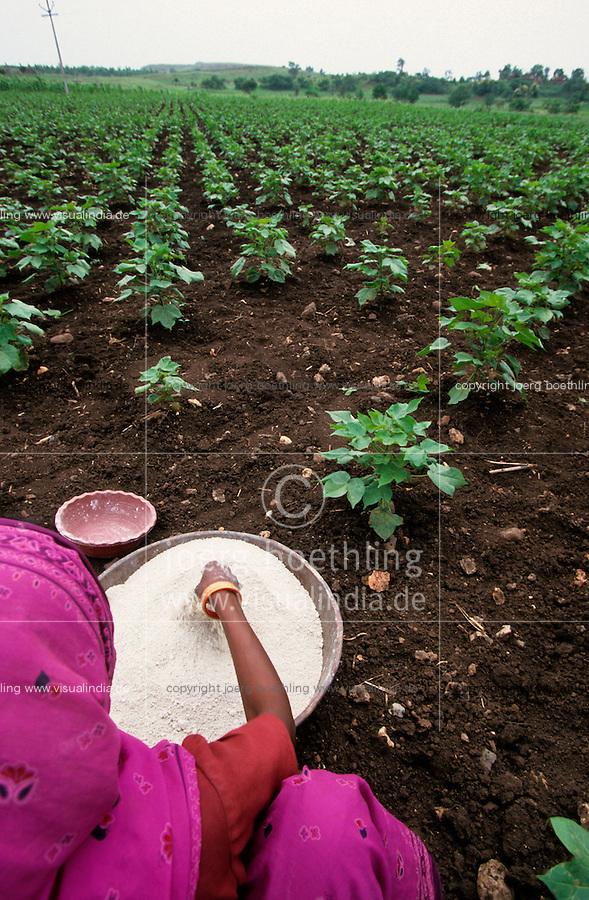 Indien Landarbeiterin verstreut per Hand chemische Duenger in Bt Baumwollfeld / INDIA female farm labourer applies synthetic fertilizer in BT cotton field