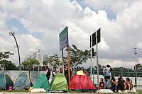SAO PAULO, SP, 24.04.2015 – ACAMPAMENTO MONSTERS OF ROCK / SAO PAULO – Pietro, 25, e seus amigos estão acampados há cerca de uma semana em frente ao sambódromo do Anhembi, zona norte de São Paulo, SP, onde vai acontecer o festival Monsters of Rock. Nesta sexta-feira, 24, o acampamento ganhou reforço com a chegada de um grupo de Santa Catarina. (Foto: Fernando Neves/ Brazil Photo Press).