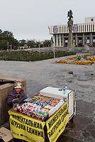 Straßenhändlerin in Bishkek, Kirgistan, Asien<br /> street vendor, Bishkek, Kirgistan, Asia