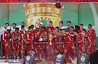 FCB Torwart , Torhüter , Goalkeeper , Manuel Neuer , Siegerehrung , Jubel , Übergabe des Pokals , Pokal , Deutscher Pokalsieger Bayern München 2020 , Pokalfeier , Podium , <br /> <br /> firo, Sport, Fussball, Pokalfinale: Saison 2019/2020, 04.07.2020<br /> DFB-Pokal Finale der Herren<br /> Bayer Leverkusen - FC Bayern München , Muenchen<br /> <br /> Foto: <br /> Jürgen Fromme / firosportphoto / POOL / Marc Schueler / Sportpics.de<br /> <br /> Nur für journalistische Zwecke! Only for editorial use!