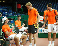 18-9-06,Leiden, Tennis, training Daviscup, Captain Tjerk Bogtstra discussing strategy with his two new teammembers Igor Sijsling(l) and Robin Haase while Raemon Sluiter(r)is watching