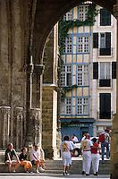 Europe/France/Aquitaine/64/Pyrénées-Atlantiques/Bayonne: Porche de la cathédrale Notre-Dame-de-Bayonne (architecture gothique XIIIème) et maison basque place Monseigneur Vansteenberghe lors des fêtes de Bayonne