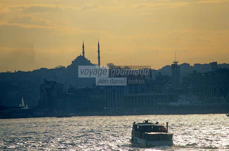 Europe/Turquie/Istanbul : Navigation sur le Bosphore - Basilique Sainte-Sophie et la mosquée Bleue // Europe / Turkey / Istanbul: Navigation on the Bosphorus - Hagia Sophia and the Blue Mosque
