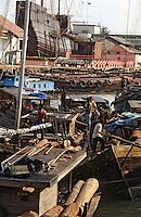 Asie/Malaisie/Malacca: Transport du bois sur le port