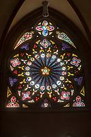 """Die Katharinenkirche in Oppenheim.<br /> Die Kirche gilt als eine der bedeutendsten gotischen Kirchen am Rhein zwischen Strassburg und Koeln. Ihre Errichtung erfolgte in Abschnitten im 13., 14. und 15. Jahrhundert.<br /> Die Kirche ist unteranderem fuer ihre Bleiglassfenster beruehmt, von denen viele noch im Original erhalten sind; so auch Fenster der """"Oppenheimer Rose"""" (im Bild).<br /> Bei Renovierungsarbeiten im Jahr 1959 wurde an der Suedseite der Fassade ein Portrait des damaligen Bundespraesidenten Theodor Heuss angebracht.<br /> 3.9.2021, Oppenheim<br /> Copyright: Christian-Ditsch.de"""