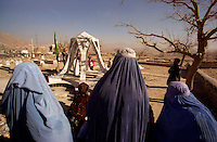Kabul / Afghanistan.Donne con burqa visitano un cimitero di guerra alla periferia di Kabul..Foto Livio Senigalliesi..Kabul / Afghanistan.Women with burqa in a war cemetery on the outskirts of Kabul..Photo Livio Senigalliesi