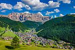 Italien, Suedtirol (Trentino - Alto Adige), Dolomiten, Groednertal: Wolkenstein in Groeden vor Sellagruppe | Italy, South Tyrol (Trentino - Alto Adige), Dolomites, Val Gardena: Selva di Val Gardena with  Gruppo del Sella mountains