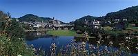 Europe/France/Midi-Pyrénées/12/Aveyron/Vallée du Lot/Estaing : Le village, le clocher et le Lot
