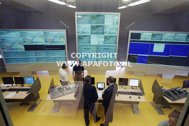 Wolfheze, 120503<br />Op 22 juli wordt de nieuwe Verkeerscentrale Noord- en Oost-Nederland volledig operationeel. De bouw van het futuristische gebouw nabij de A12 op het wegstation Planken Wambuis bij Wolfheze is inmiddels afgerond. In het gebouw zijn werknemers van GTI Intratechniek druk bezig met het installeren<br />en testen van de computersystemen. Door middel van drie videoscreens, ieder bestaande uit zes 67 inch beeldschermen, kunnen na de oplevering de verkeersstromen in de provincies Friesland, Groningen, Drenthe, Overijssel en Gelderland in de gaten worden gehouden.<br />Foto: Sjef Prins - APA Foto