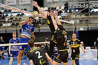 24-04-2021: Volleybal: Amysoft Lycurgus v Draisma Dynamo: Groningen Lycurgus speler Hossein Ghanbari in duel met Dynamo speler Maikel van Zeist en Dynamo speler Frits van Gestel