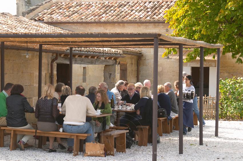 Lunching in the vineyard. Clos Saint Julien, Saint Emilion, Bordeaux, France