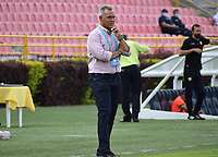 IBAGUÉ- COLOMBIA, 28-02-2021:Hernán Torres director técnico del Deportes Tolima  gesticula durante partido por la fecha 10 entre Deportes Tolima y Águilas Doradas como parte de la Liga BetPlay DIMAYOR 2021 jugado en el estadio Manuel Murillo Toro  de la ciudad de Ibagué . /Hernan Torres coach of Deportes Tolima gestures during match for the date 10 between Deportes Tolima  and  Aguilas Doradas as part of the BetPlay DIMAYOR League I 2021 played at Manuel Murillo Toro  stadium in Ibague city.Photo: VizzorImage / Joan Stiven Orjuela   / Contribuidor