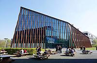 Nederland  Groningen - 2019 . Zernike Campus. Energy Academy Europe. De Energy Academy is het duurzaamste onderwijsgebouw van Nederland. Het is een nieuw topinstituut waarin bedrijfsleven, onderwijs en wetenschap gezamenlijk werken aan onderzoek en innovatie op energiegebied. Om de extreem duurzame energie-uitgangspunten te kunnen realiseren heeft het een bijzondere bouwvorm met groot zonnepanelendak gekregen. Het heeft een voorbeeldfunctie voor toekomende nieuwbouwprojecten over de hele wereld. Om deze ambitie te bereiken is een team van experts samengesteld bestaande uit Broekbakema, pvanb architecten, ICS Adviseurs, Arup, Ingenieursbureau Wassenaar en DGMR.   Foto Berlinda van Dam / Hollandse Hoogte