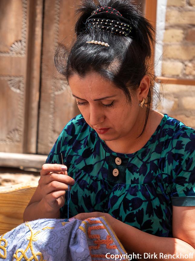 Stickerei in Xiva, Usbekistan, Asien<br /> embroidering woman in historic city Ichan Qala, Chiwa, Uzbekistan, Asia
