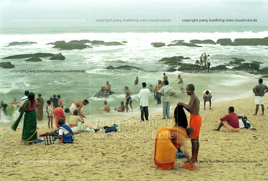 INDIA Tamil Nadu, Cape Comorin, Kanyakumari, holy place for Hindus, pilgrims at bath in the sea at morning / INDIEN Tamil Nadu, Kap Komorin, Kanyakumari, heiliger Ort fuer Hindus, Hindu Pilger beim morgendlichen Bad im Meer an der Suedspitze Indiens