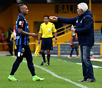 BOGOTA - COLOMBIA - 07 - 05 - 2017: Julio Comesaña, (Der.), técnico de Atletico Junior, da instrucciones a Jarlan Barrera (Izq.) jugador de Atletico Junior, durante partido de la fecha 16 entre Independiente Santa Fe y Atletico Junior, por la Liga Aguila I-2017, en el estadio Nemesio Camacho El Campin de la ciudad de Bogota. / Julio Comesaña, (R), coach of Atletico Junior, gives instructions to Jarlan Barrera (L), player of Atletico Junior, during a match of the date 16th between Independiente Santa Fe and Atletico Junior, for the Liga Aguila I -2017 at the Nemesio Camacho El Campin Stadium in Bogota city, Photo: VizzorImage / Luis Ramirez / Staff.