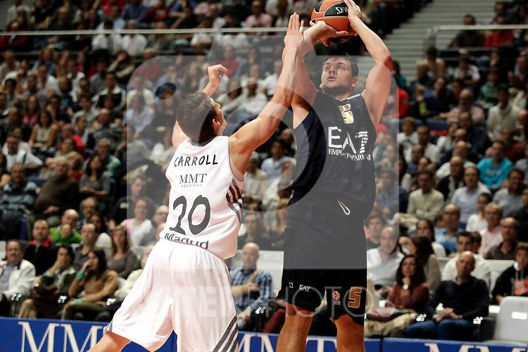 Real Madrid´s Carroll (L) V EA7 Emporio Armani Milan´s Gentile (R) during Euroleague Basketball match. November 01,2013. (ALTERPHOTOS/Victor Blanco)