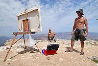 4415 / Grand Canyon: AMERIKA, VEREINIGTE STAATEN VON AMERIKA, ARIZONA,  (AMERICA, UNITED STATES OF AMERICA), 14.05.2006: Kunstmaler am Grand Canyon..Der Grand Canyon (Gewaltige Schlucht) ist eine steile, etwa 450 km lange Schlucht im Norden des US-Bundesstaats Arizona, die ueber Millionen von Jahren vom Fluss Colorado ins Gestein des Colorado Plateau gegraben wurde. Der groesste Teil des Grand Canyon liegt im Grand-Canyon-Nationalpark...Der Canyon zaehlt zu den grossen Naturwundern auf dieser Welt und wird jedes Jahr von rund 5 Millionen Menschen besucht...Der Grand-Canyon-Nationalpark liegt im Nordwesten von Arizona, noerdlich von Williams und Flagstaff und etwa 365 km noerdlich der Hauptstadt Phoenix. .Der Grand Canyon ist etwa 450 km lang (davon liegen 350 km innerhalb des Nationalparks), zwischen 6 und 30 km breit und bis zu 1.800 m tief. Der Name des Canyons stammt vom Colorado River, der frueher in Teilen Grand River genannt wurde (deutsch: Gewaltiger Fluss/Canyon, aber auch Großartiger Fluss/Canyon)..Das Gebiet um das Tal wird in drei Regionen aufgeteilt: den Suedrand (south rim), der die meisten Besucher anzieht, den hoeher gelegenen und kuehleren Nordrand (north rim) und die Innere Schlucht (inner canyon) mit 5 Klimazonen..Flussaufwaerts, im suedlichen Utah liegen andere große Schluchten des Colorado. Der Glen Canyon, der seit 1964 im Stausee des Lake Powell versunken ist, galt landschaftlich als besonders schoen. Weiter im Norden liegt der Canyonlands-Nationalpark. Flussabwaerts, in der Naehe von Las Vegas, liegt der Stausee Lake Mead am Hoover-Staudamm...