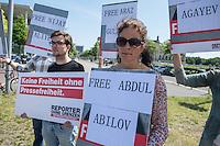 Protestkundgebung anlaesslich des Besuch des Aserbaidschanischen Praesidenten Ilham Alijew bei Angela Merkel am Dienstag den 7. Juni 2016 vor dem Bundeskanzleramt.<br /> Reporter ohne Grenzen (RoG) fordert die Freilassung der aktuell acht inhaftierten Journalisten und Blogger: Elnur Mukhtarov, Seymur Khazi, Arshad Ibrahimov, Araz Guliyev, Nijat Aliyev, Abdul Abilov, Rashad Ramazanov und Shaig Agayev.<br /> Weiter fordert RoG, dass die Vorwuerfe und Anschuldigungen gegen die Journalistin Khadija Ismajilowa fallen gelassen und das Reiseverbot und weitere Einschraenkungen aufgehoben werden und dass Bundeskanzlerin Angela Merkel bei ihrem Gespraech mit dem Aserbaidschanischen Praesidenten die Lage der Pressefreiheit in Aserbaidschan und die Repressionen gegen unabhaengige Journalisten thematisiert.<br /> Auf der Rangliste der Pressefreiheit steht Aserbaidschan auf Platz 160 von 180 Laendern.<br /> 7.6.2016, Berlin<br /> Copyright: Christian-Ditsch.de<br /> [Inhaltsveraendernde Manipulation des Fotos nur nach ausdruecklicher Genehmigung des Fotografen. Vereinbarungen ueber Abtretung von Persoenlichkeitsrechten/Model Release der abgebildeten Person/Personen liegen nicht vor. NO MODEL RELEASE! Nur fuer Redaktionelle Zwecke. Don't publish without copyright Christian-Ditsch.de, Veroeffentlichung nur mit Fotografennennung, sowie gegen Honorar, MwSt. und Beleg. Konto: I N G - D i B a, IBAN DE58500105175400192269, BIC INGDDEFFXXX, Kontakt: post@christian-ditsch.de<br /> Bei der Bearbeitung der Dateiinformationen darf die Urheberkennzeichnung in den EXIF- und  IPTC-Daten nicht entfernt werden, diese sind in digitalen Medien nach §95c UrhG rechtlich geschuetzt. Der Urhebervermerk wird gemaess §13 UrhG verlangt.]