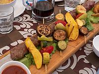 Fleischspieß und gegrilltes Gemüse, Restaurant Terrassa in Xiva, Usbekistan, Asien<br /> Barbequed meat and vegetables, Restaurant Terrassa, historic city Ichan Qala, Chiwa, Uzbekistan, Asia