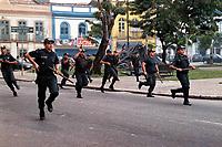 Policiais militares avançam sobre manifestantes do MST em Belém do Pará durante manifestação de protesto pelo julgamento dos acusados do massacre em Eldorado de Carajás .<br />17/04/2000 Foto Oswaldo Forte/Amazônia